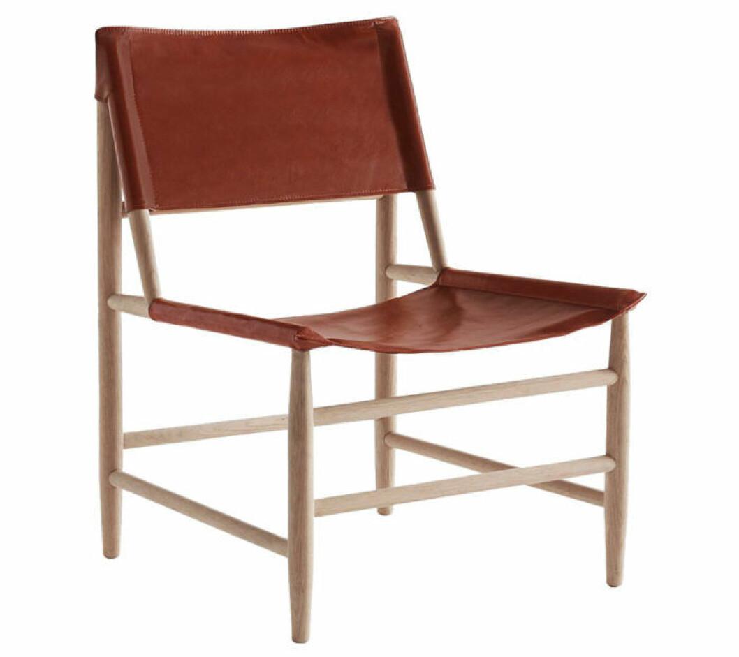 Trendig stol i läder och trä.