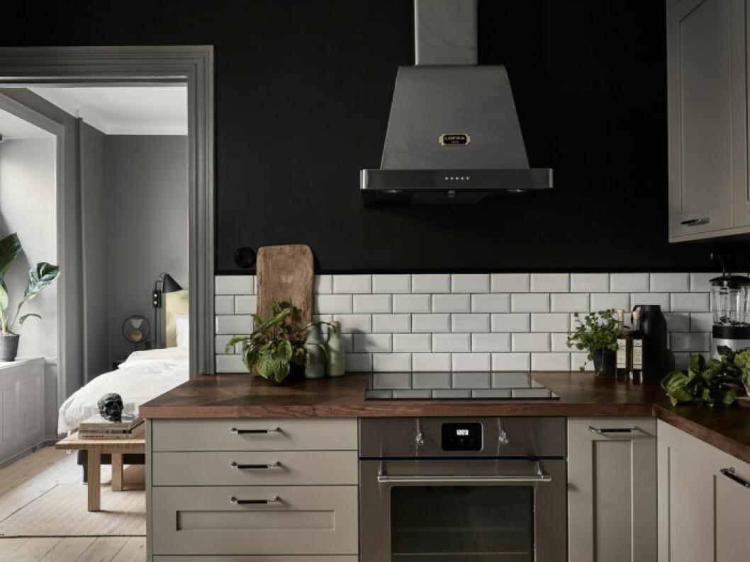 Kök med mörka väggar, ljusgrå luckor från Picky living och vitt metrokakel.