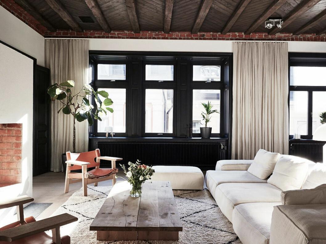 Fönster med svarta fönsterkarmar kompletteras här med svartmålade element