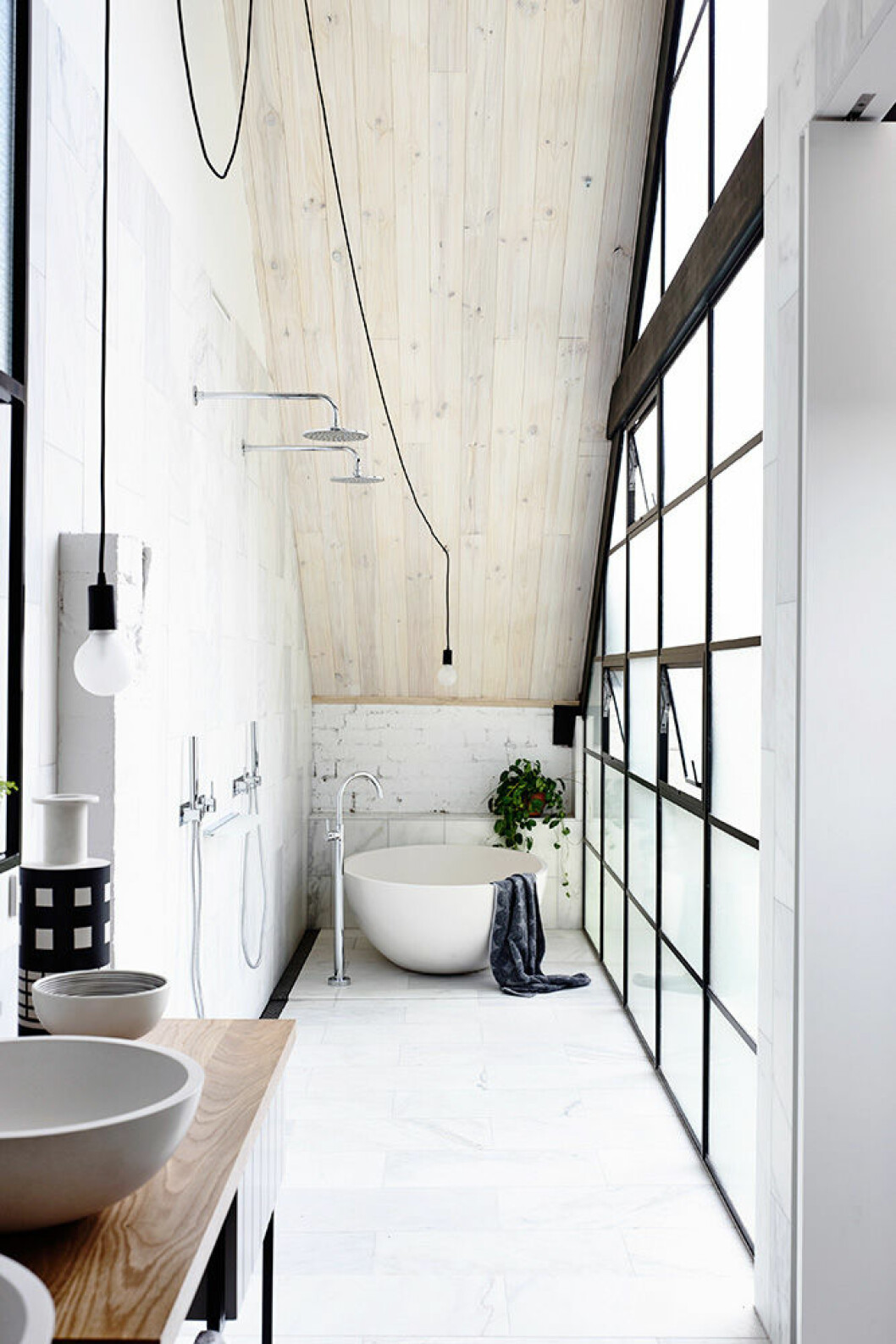 En hel vägg klädd i stilsäkra industrifönster i svart