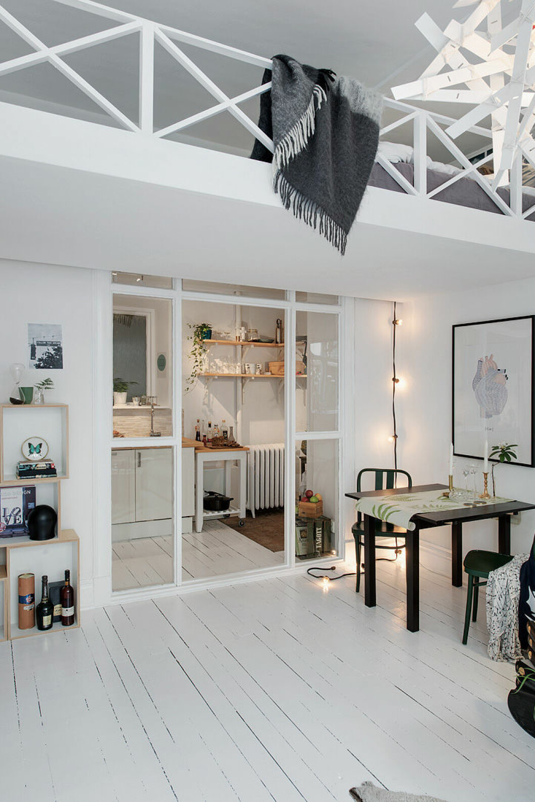 Ett platsbyggt loft med kök och köksdel under