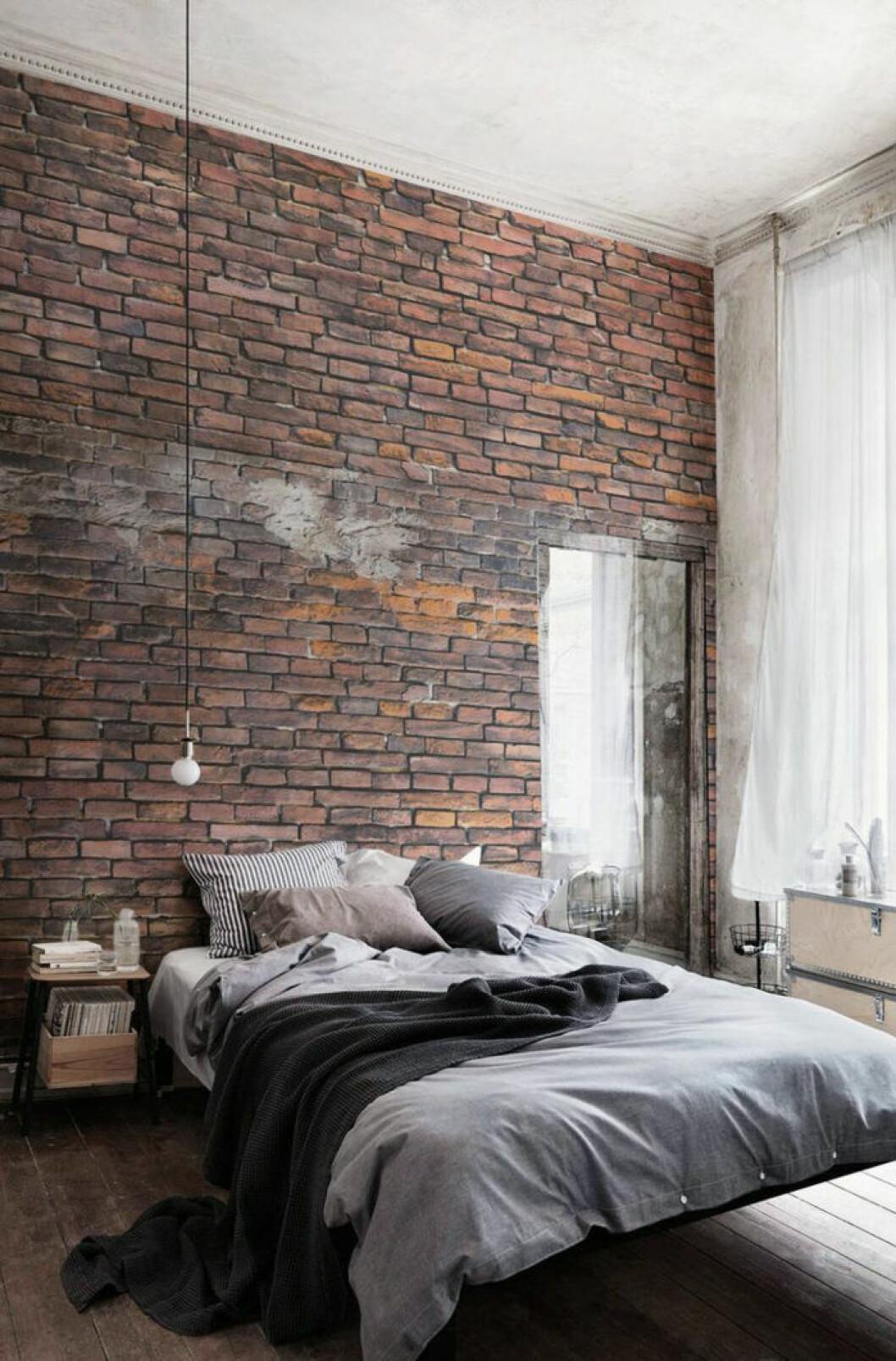 Tegelväggsimititation i sovrummet