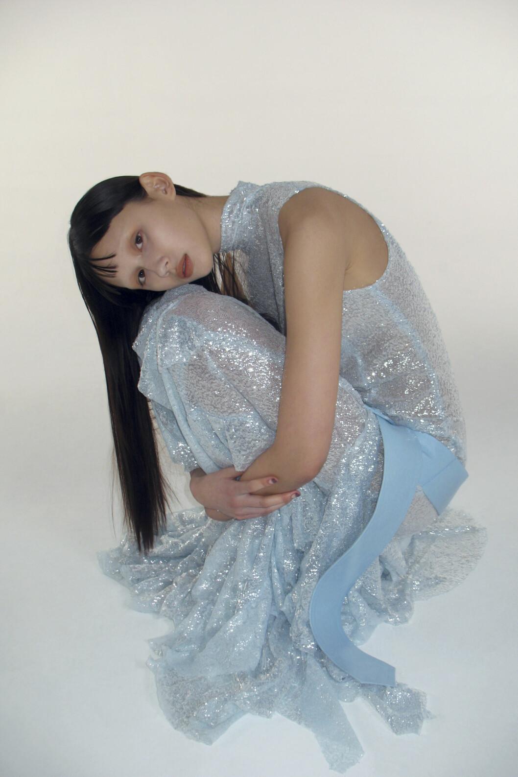 ljusblå glittrig klänning