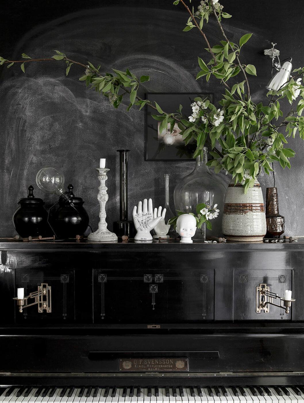 Piano med vaser och växter