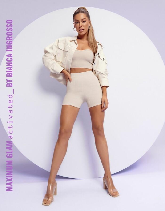 bianca ingrosso i stickade shorts, tubtopp, en kort jacka och genomsklnliga skor från Nelly.