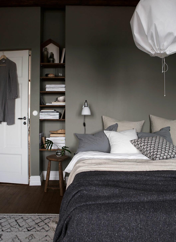 Gråmålat sovrum med jordnära textilier