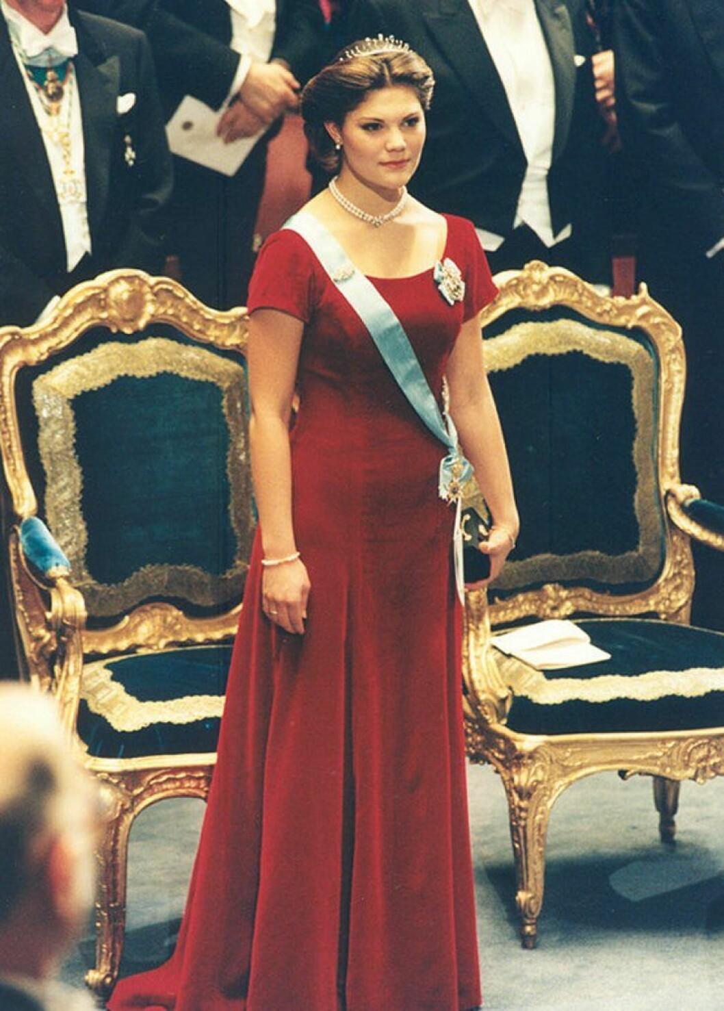 Kronprinsessan Victoria i en röd sammetsklänning.