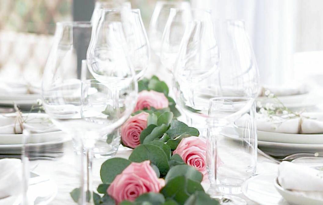 Blomsterdekorationer till bröllopsdukning