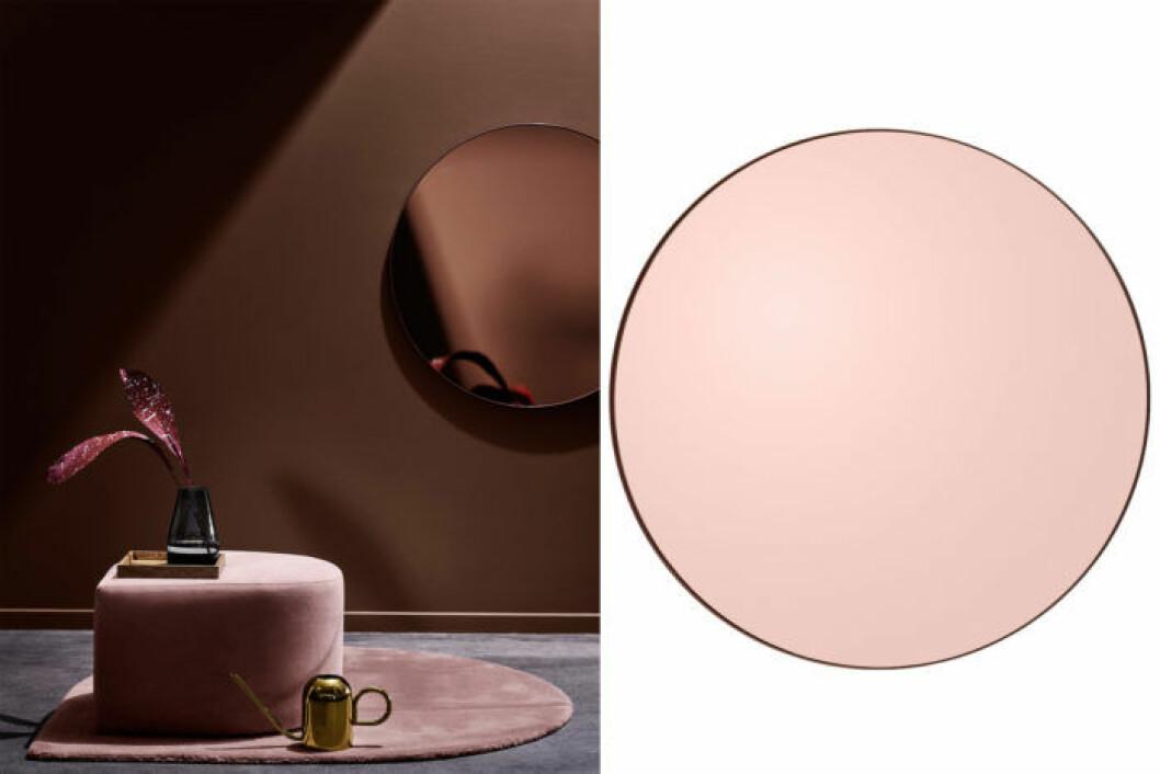 Trendigt rund spegel i en svagt rosa nyans.