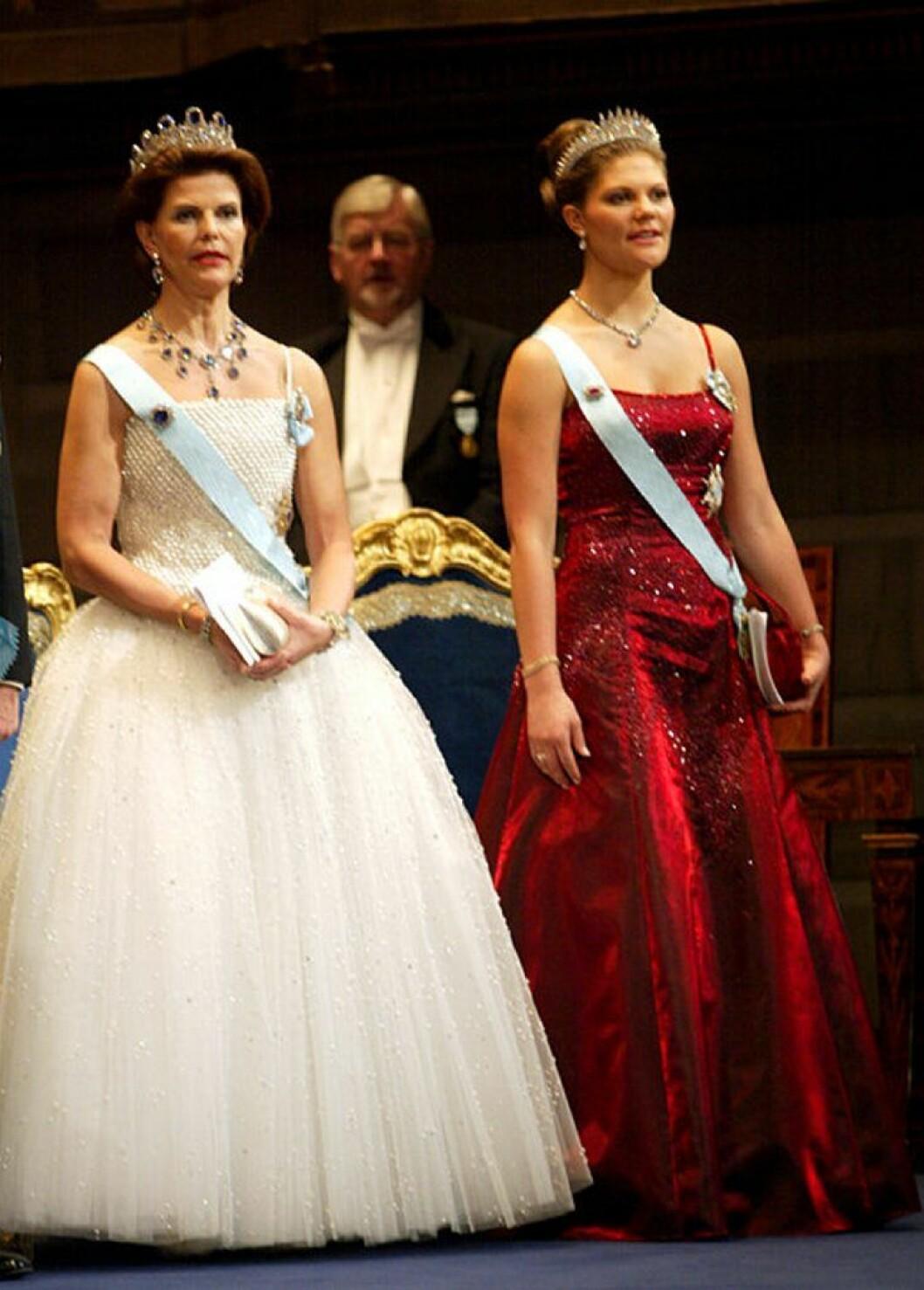 Kronprinsessan Victoria i en röd klänning från Lars Wallin.