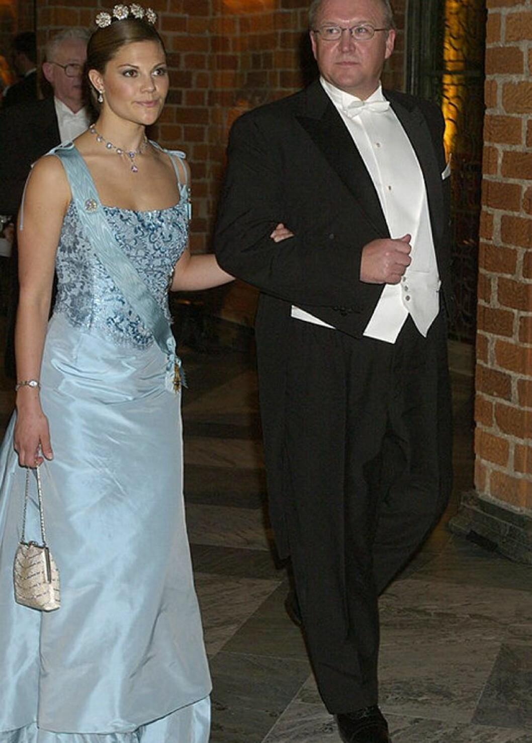 Kronprinsessan Victoria i en isblå klänning av Lars Wallin.