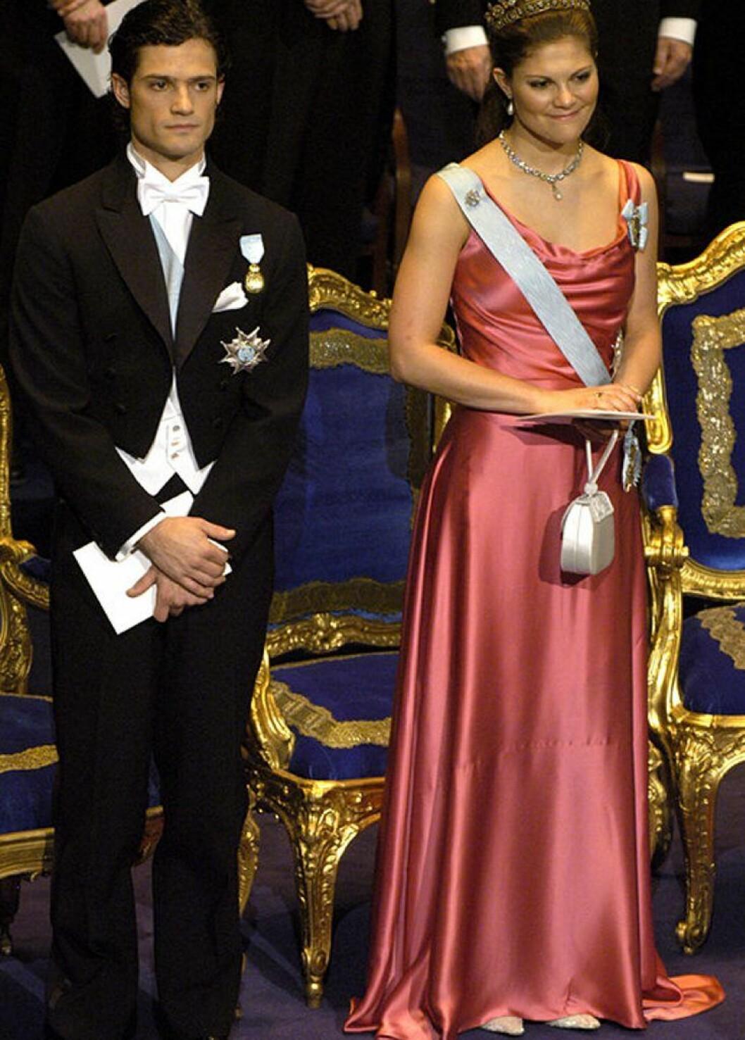 Kronprinsessan Victoria i en rosa sidenklänning.