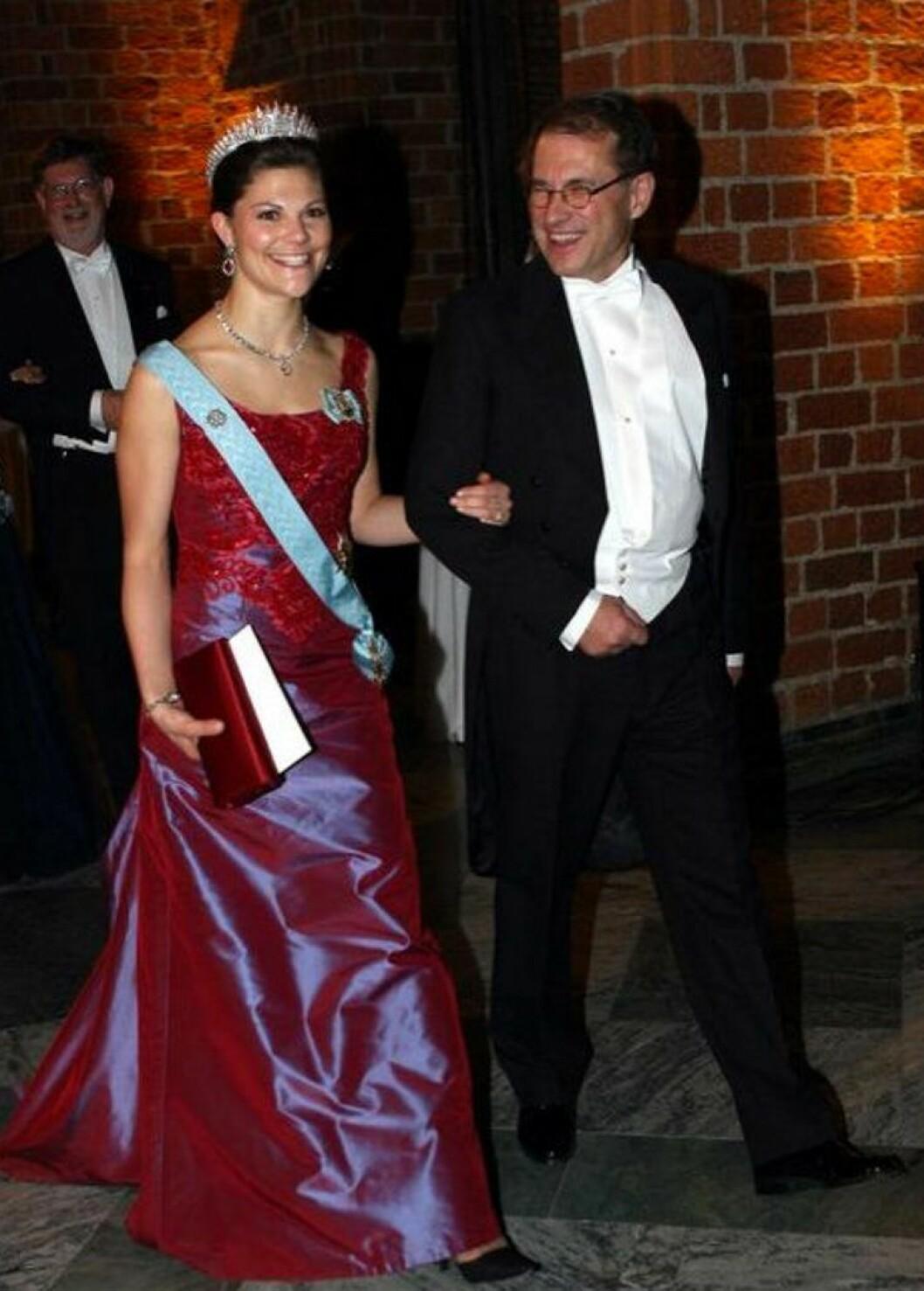 Kronprinsessan Victoria i en röd långklänning.