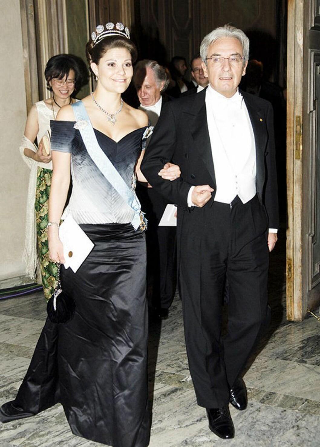 Kronprinsessan Victoria i en klänning av Pär Engsheden.