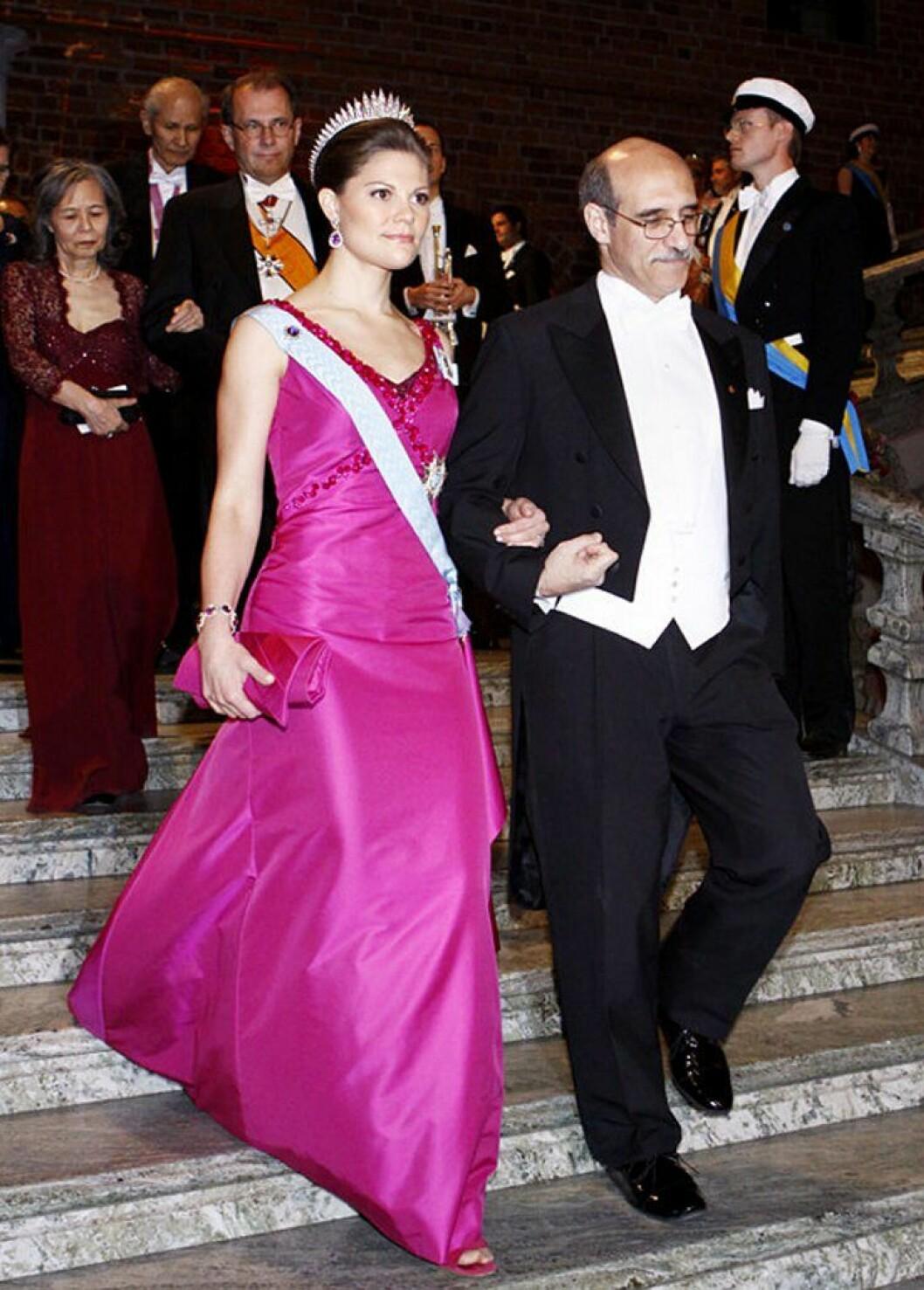 Kronprinsessan Victoria i en cerise klänning av Pär Engsheden.