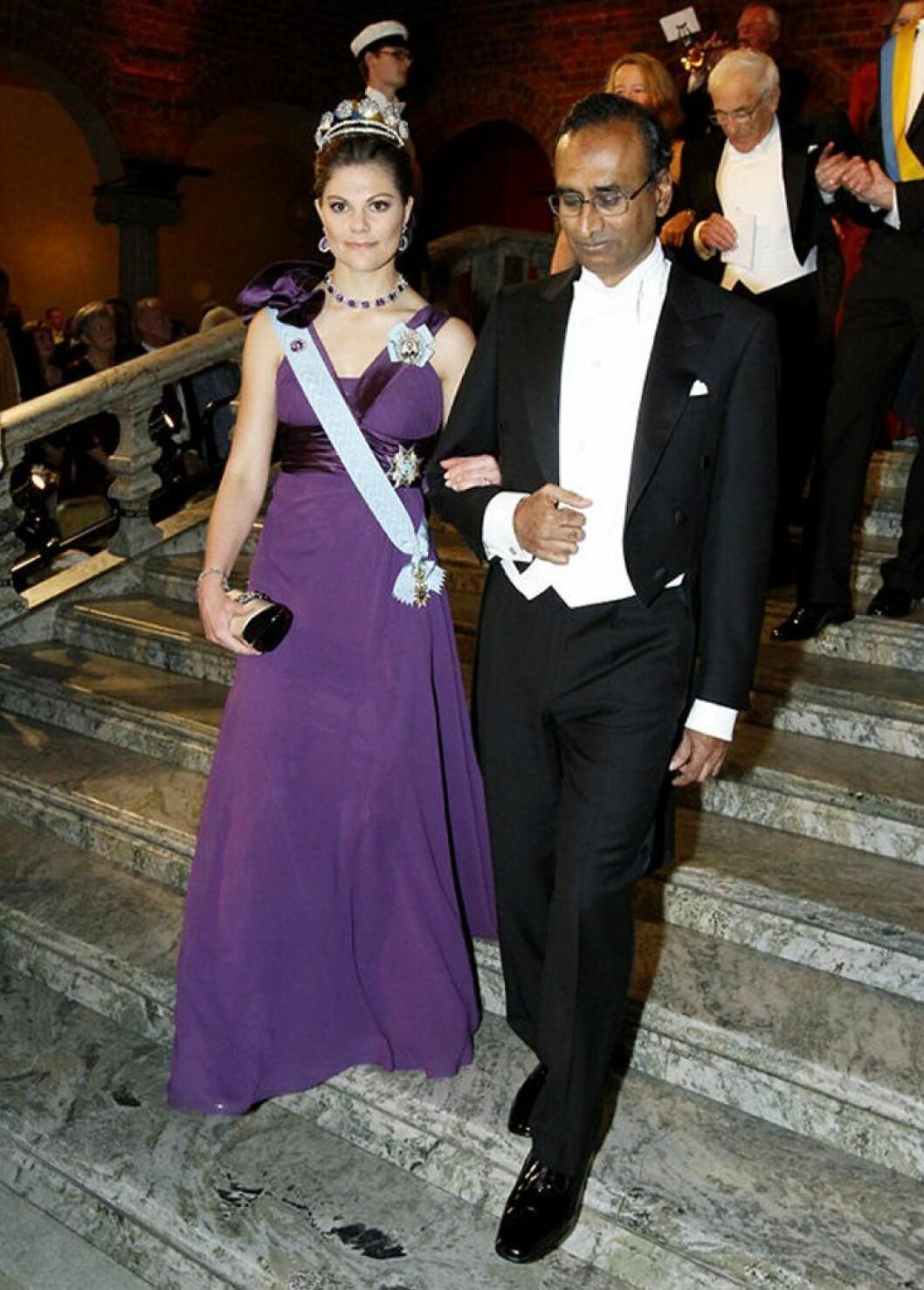 Kronprinsessan Victoria i en lila klänning av Elie Saab.