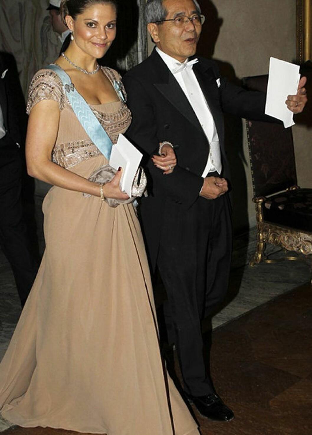 Kronprinsessan Victoria i en beige klänning av Elie Saab.