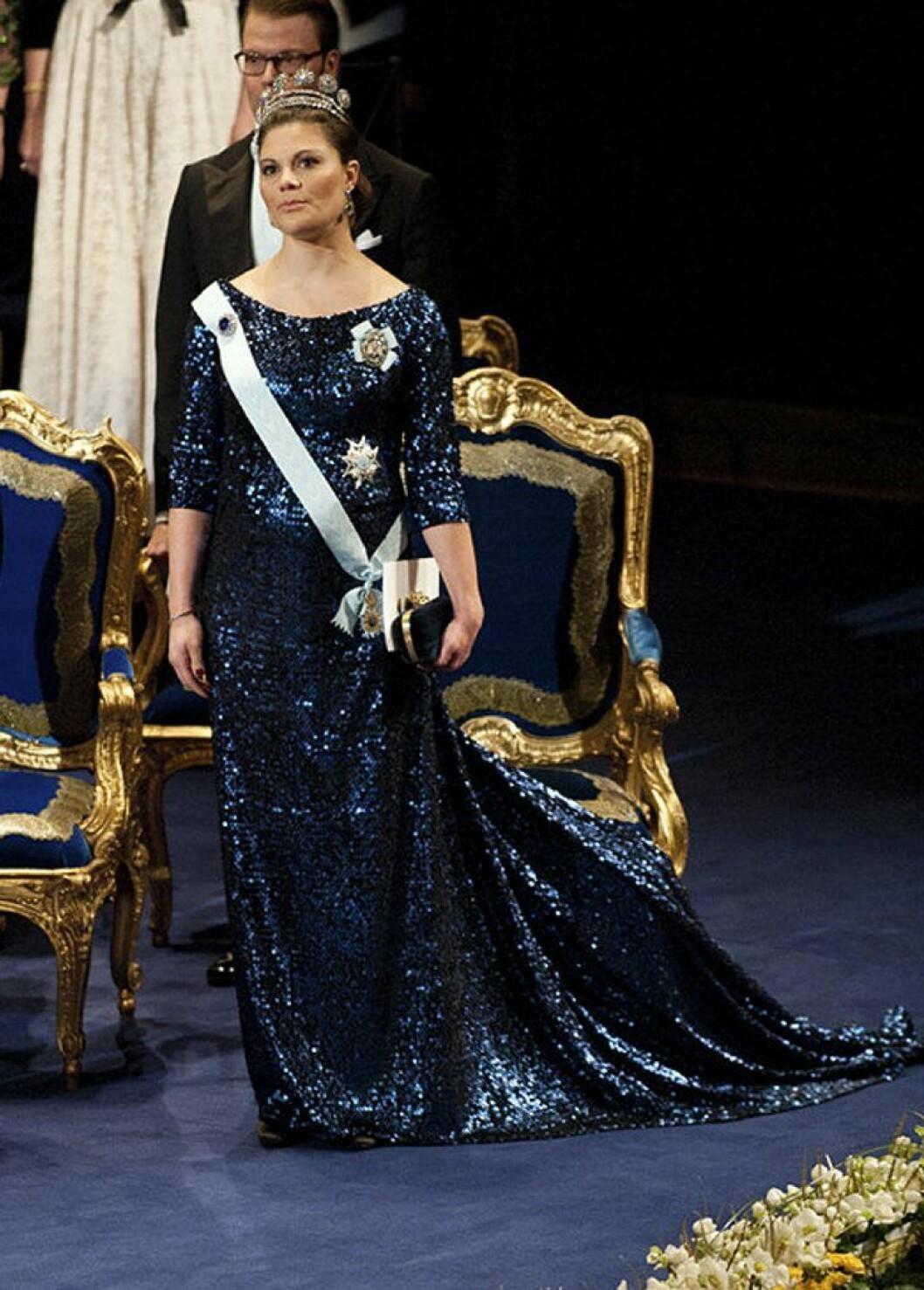 Kronprinsessan Victoria i en glittrig klänning av Pär Engsheden.