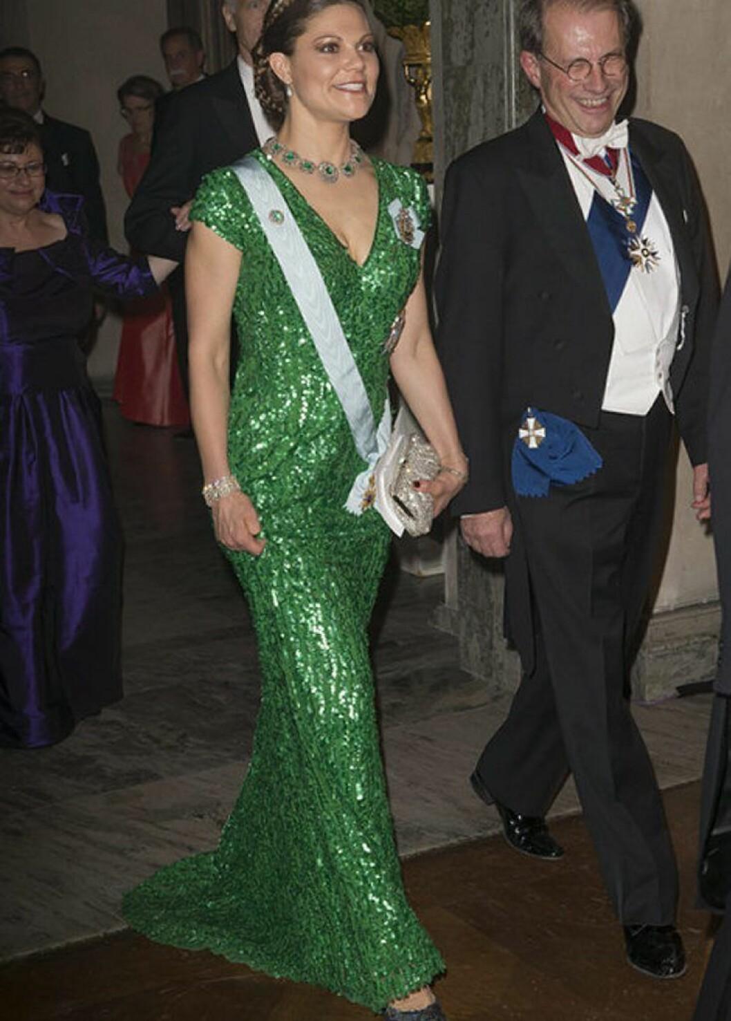 Kronprinsessan Victoria i en grön klänning av Elie Saab.