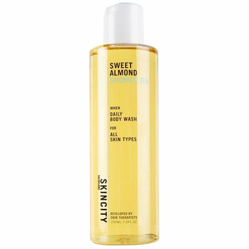 Duscholjan Sweet almond shower oil från Skincity håller hela kroppen återfuktad.