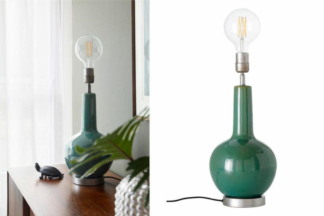 Bordslampa med grön fot.