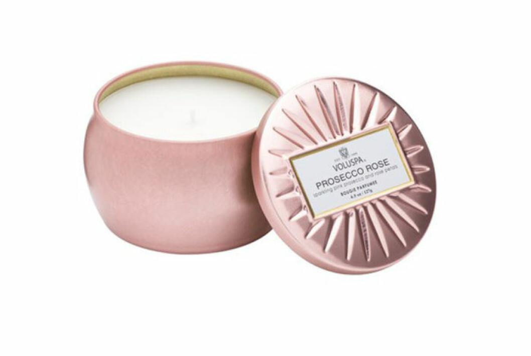 Ljus med doften Prosecco rose i dekorativt rosatonad plåtburk med lock.