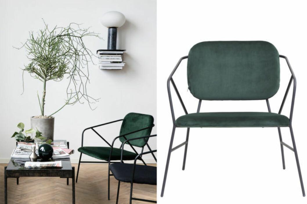 Elegant stol i sammetsliknande material, i mörkgrön färg.
