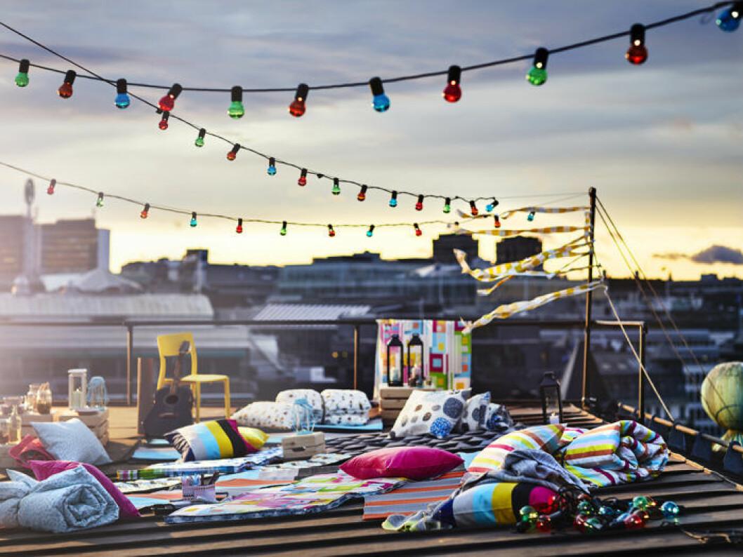 Färggranna ljusslingor för utomhusbruk, plädar och filtar och kuddar från Ikea. Balkongmöbler och balkonginredning. Ikeas sommarnyheter 2018.