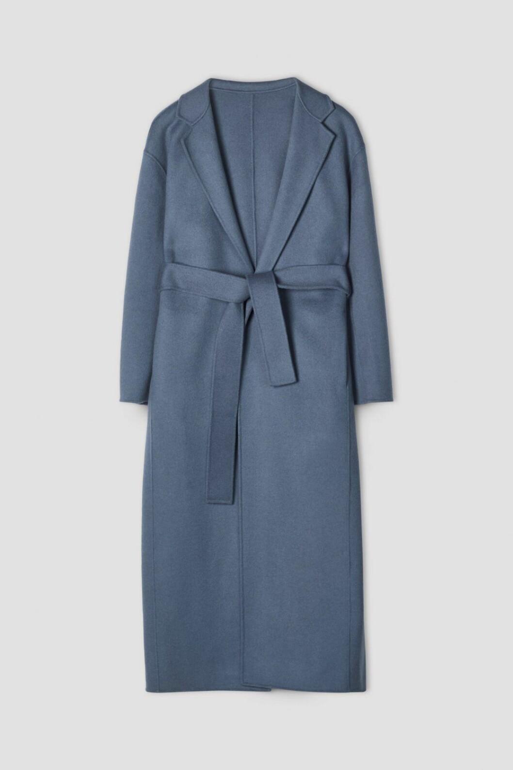 Lyxig kappa i en fin nyans av blå från Filippa K.