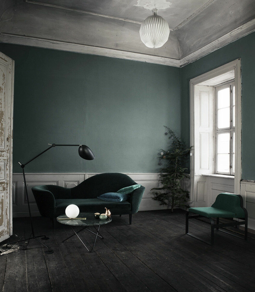 Grönt i olika nyanser i ett sparsmakat vardagsrum