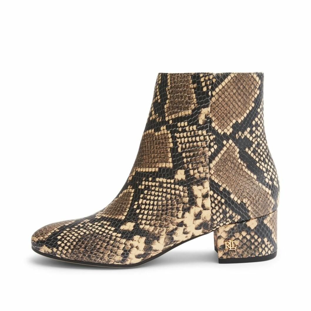 Ormmönstrade boots i präglat skinn och låg klack från Lauren Ralph Lauren via Rizzo.