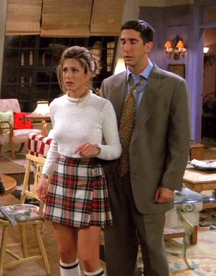Rachel Green i en rutig kjol och höga vita strumpor