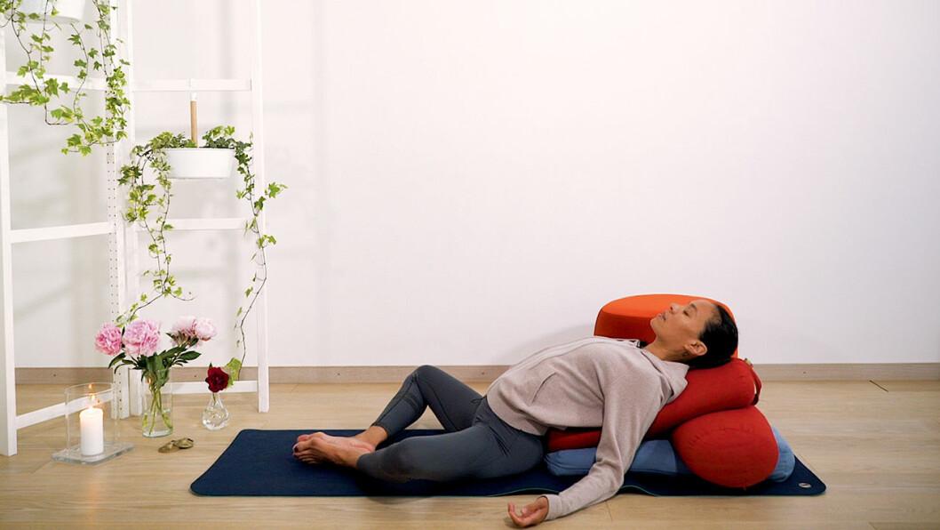 Johanna Ljunggren gör en liggande bröstöppnare med bolster