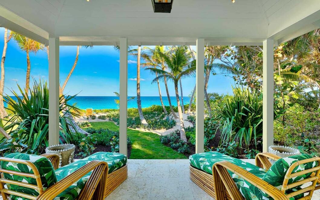Solstolar, palmer och hav