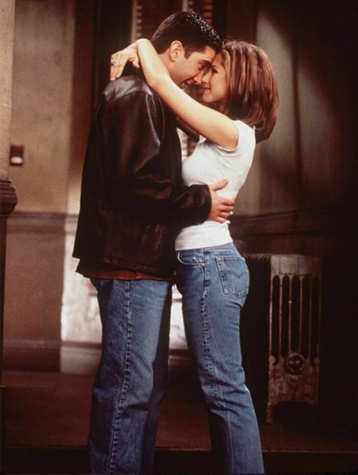 Rachel Green i ett bar jeans och vit t-shirt