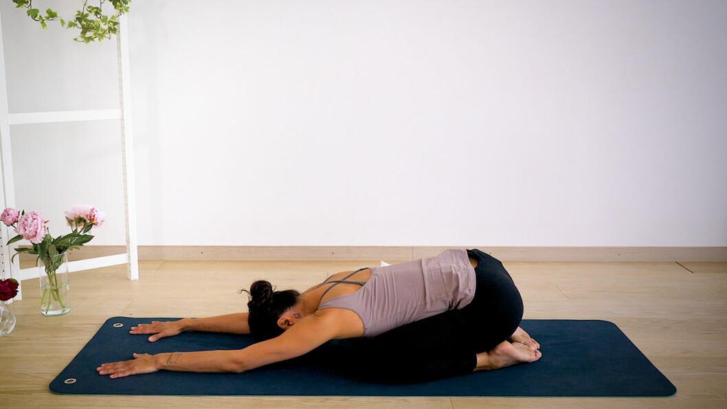 Johanna Ljunggren gör yogapositionen barnet