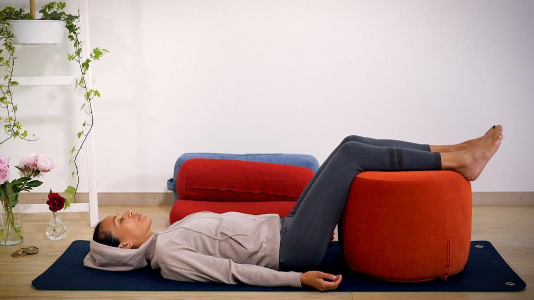 Johanna Ljunggren vilar med en pall som stöd