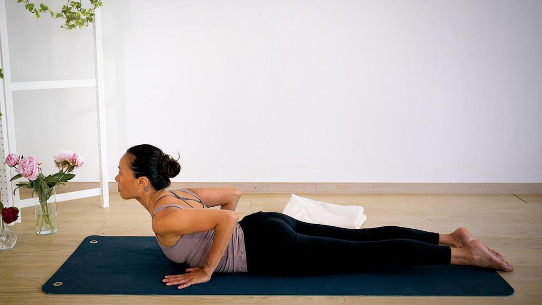 Johanna Ljunggren gör yogapositionen minikobra