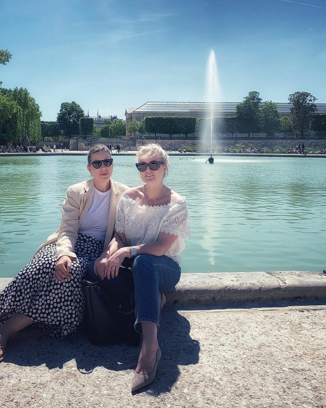 Hej från ett soligt Paris! Emma Unckel och Frida Fahrman på jobbresa med skönhetsmärket Filorga.