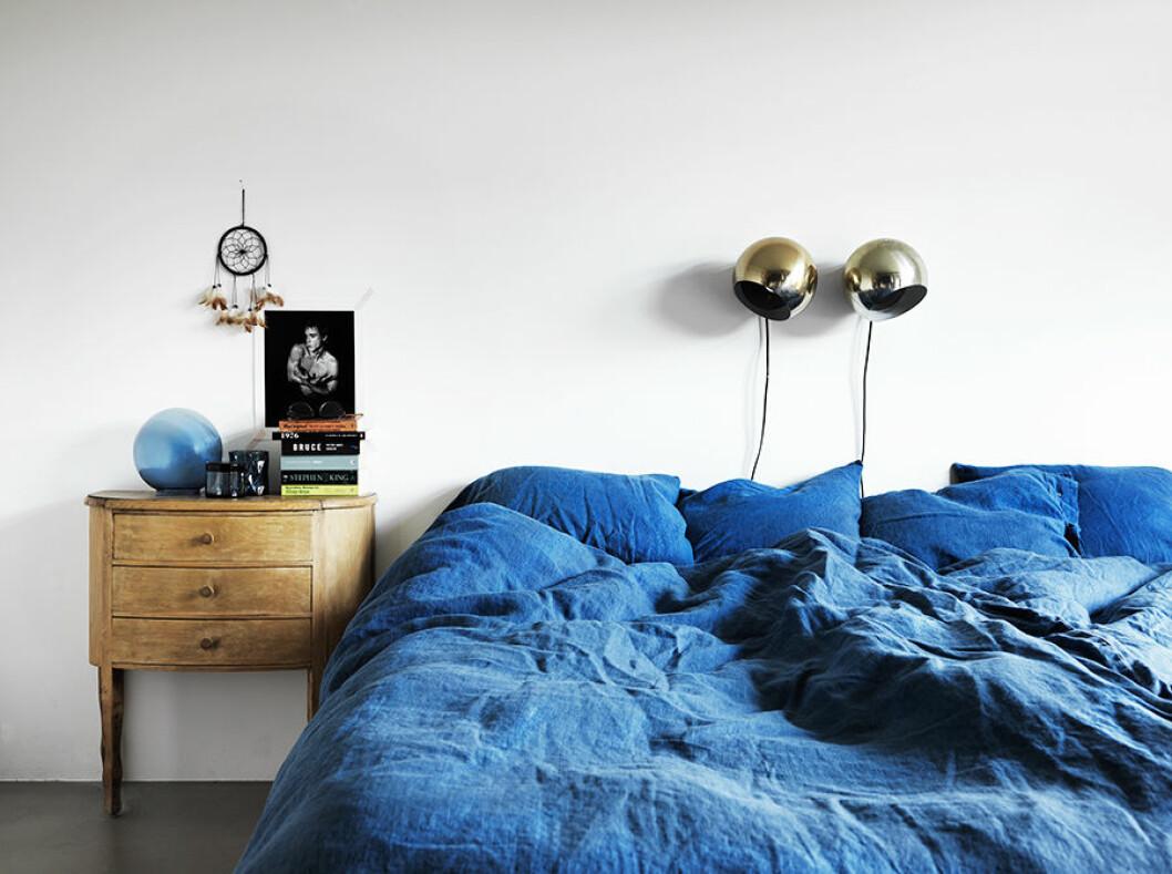 60-talshus_sovrum. Korblå sängkläder