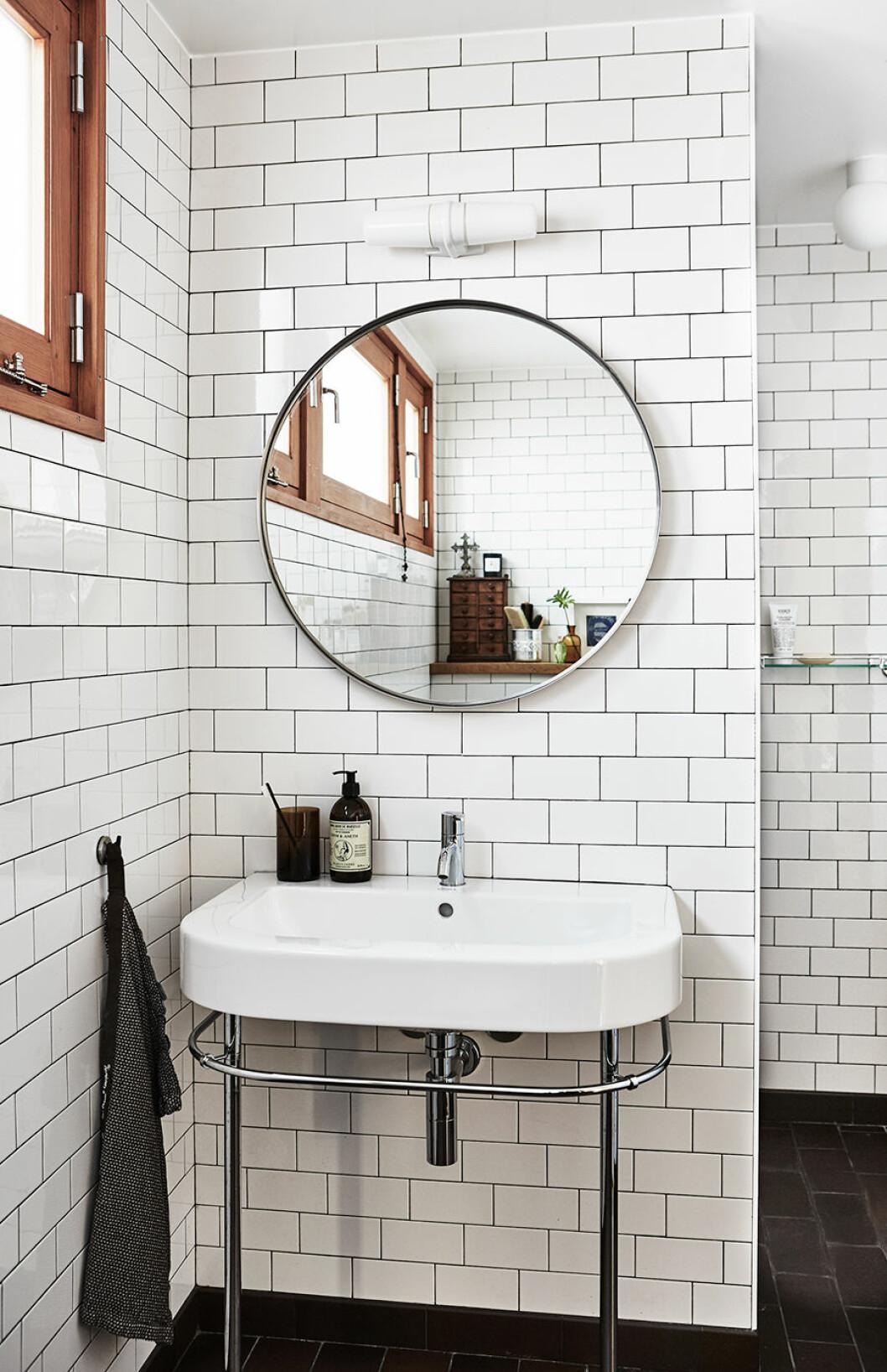 vitkaklat badrum med svart fog