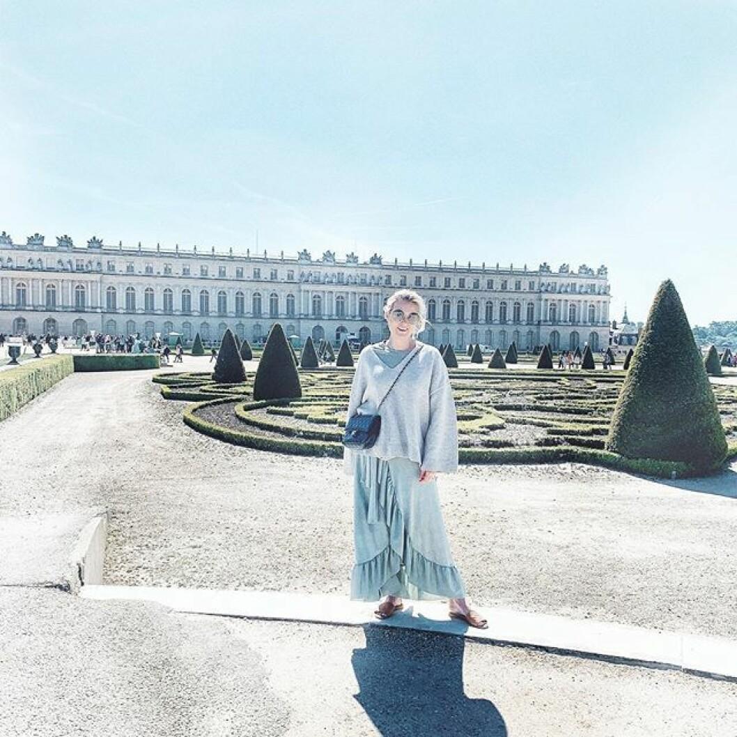 Framme vid slottet i Versailles, där veckans podd spelades in. Foto: @fridafahrman