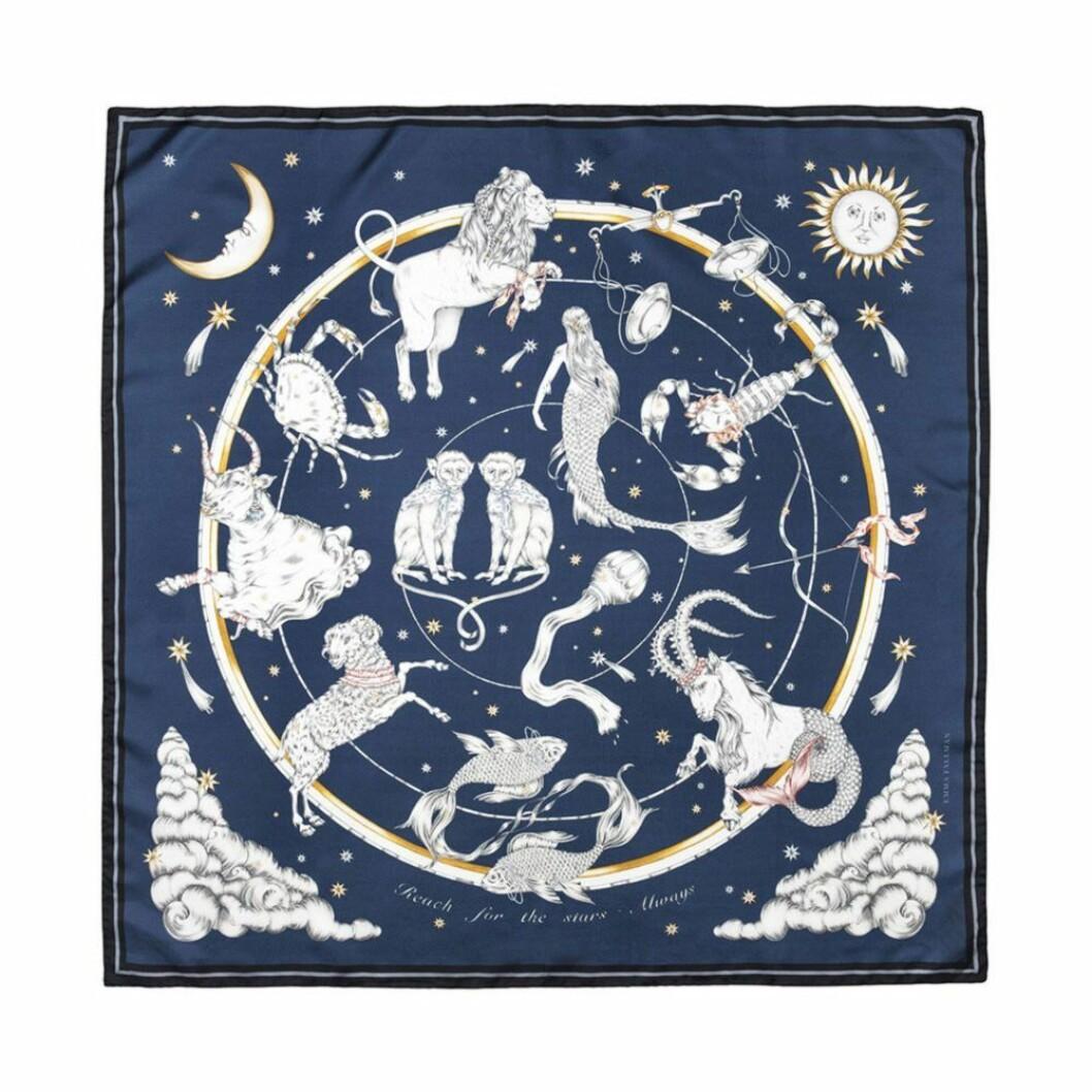 Mörkblå handritad silksjal med astrologimotiv av alla tolv stjärntecken från Emma Fällman.
