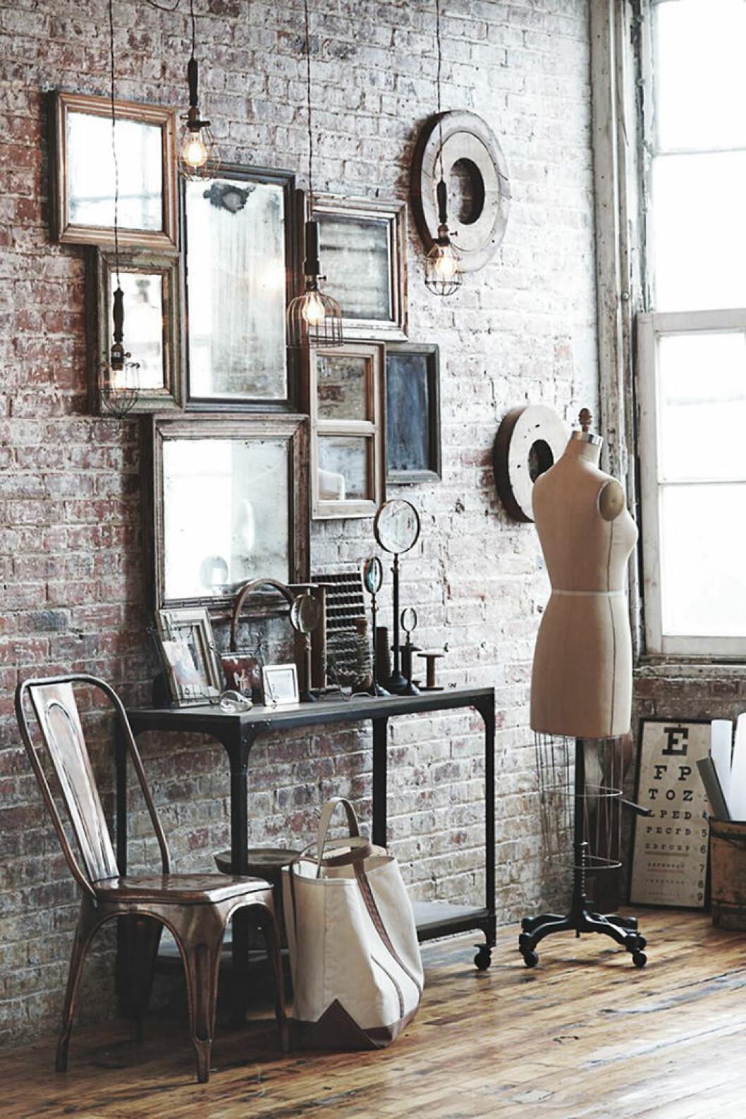 Speglar med tavelramar i trä