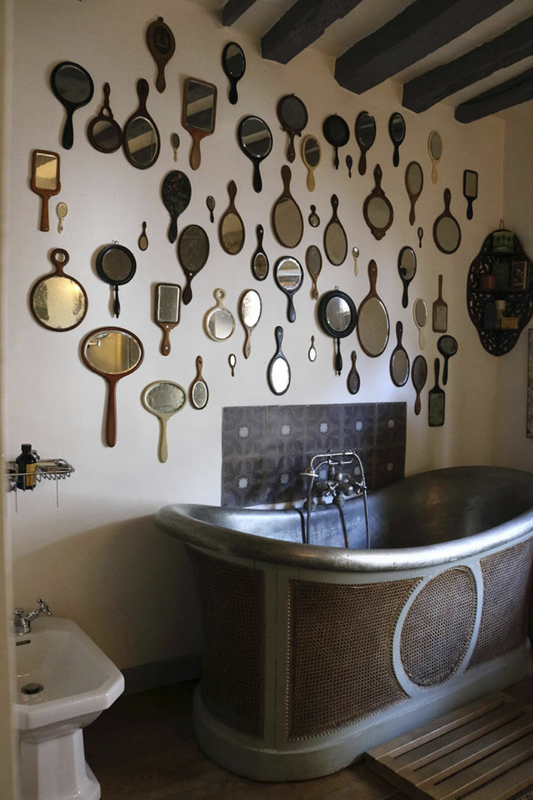 Handspeglar på vägg i badrum