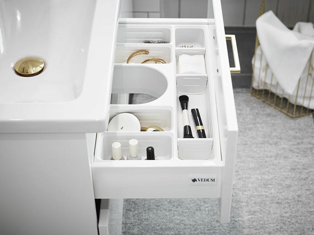 Badrumslåda med lådor i som sorterar snyggt