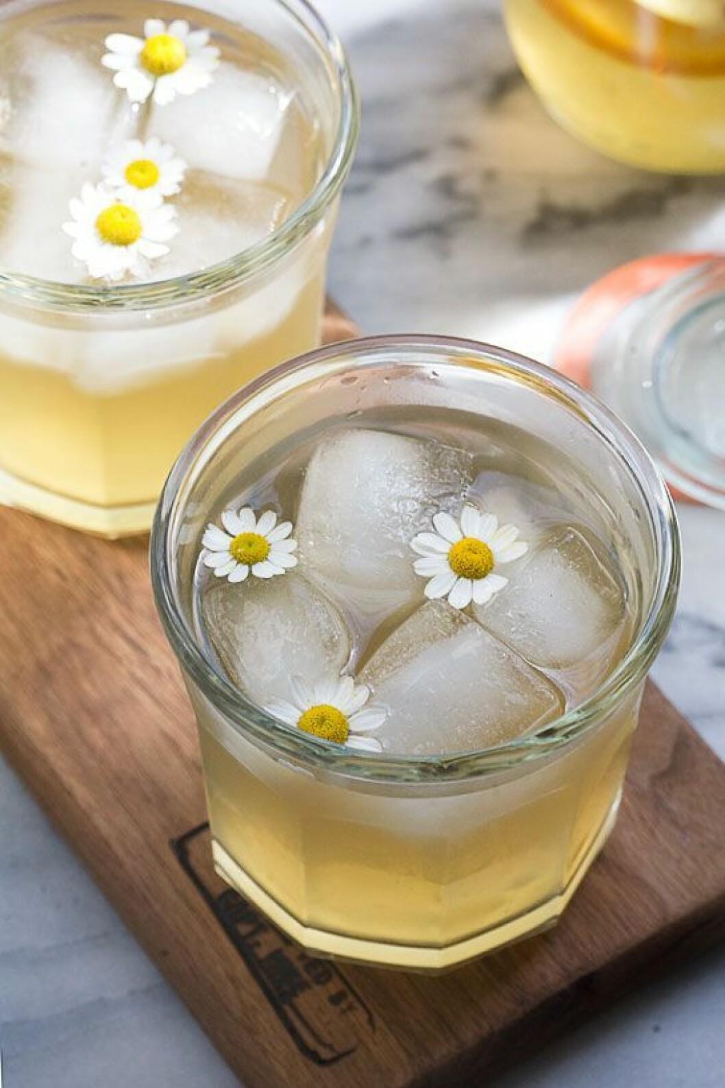 Drink med is och små blommor.