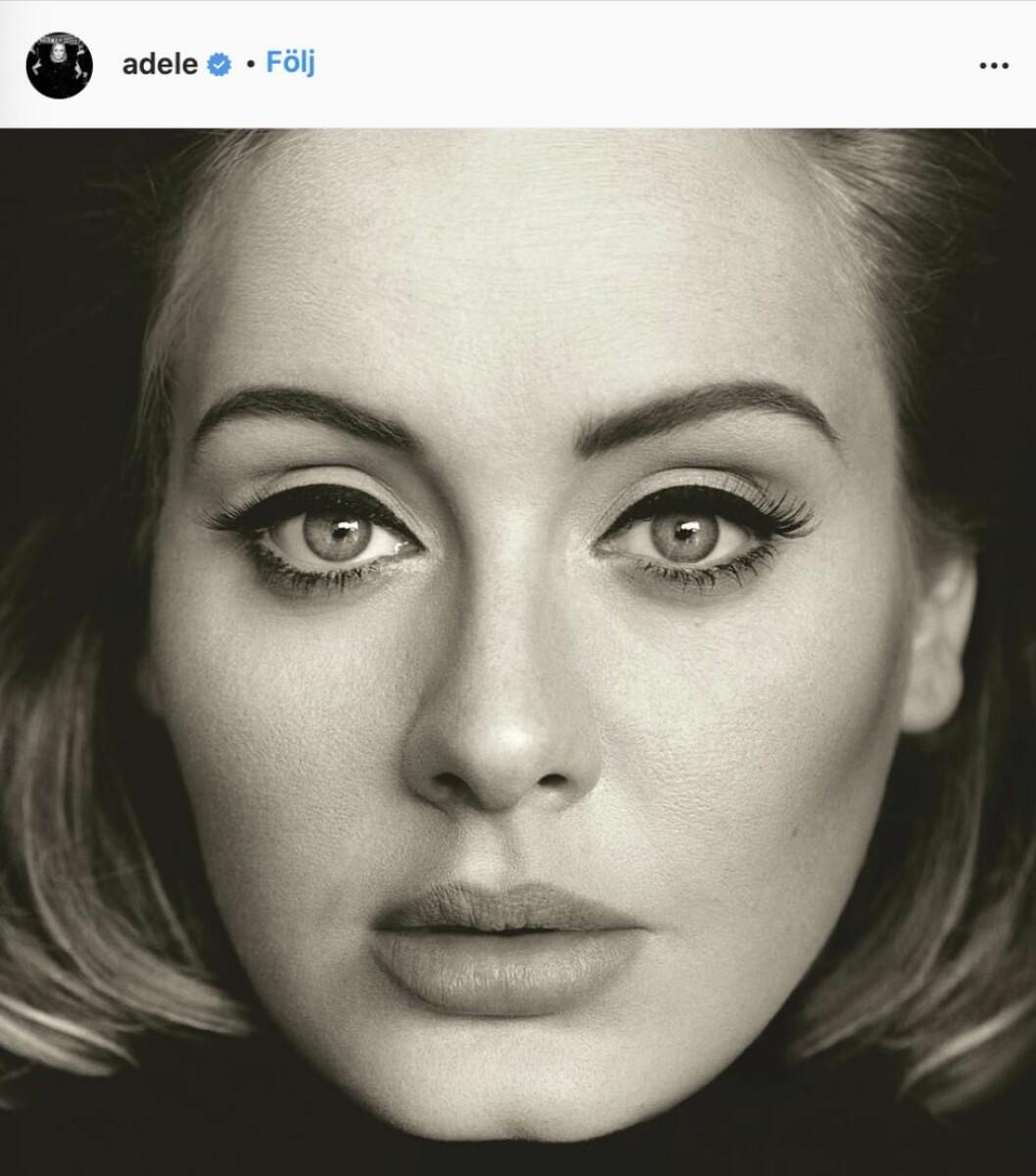 Adele selfie svartvit