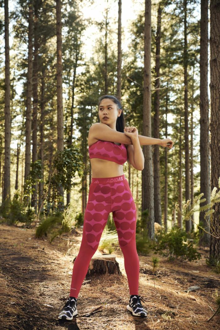 mönstrad träningsset i rosa och rött från Marimekko x adidas.