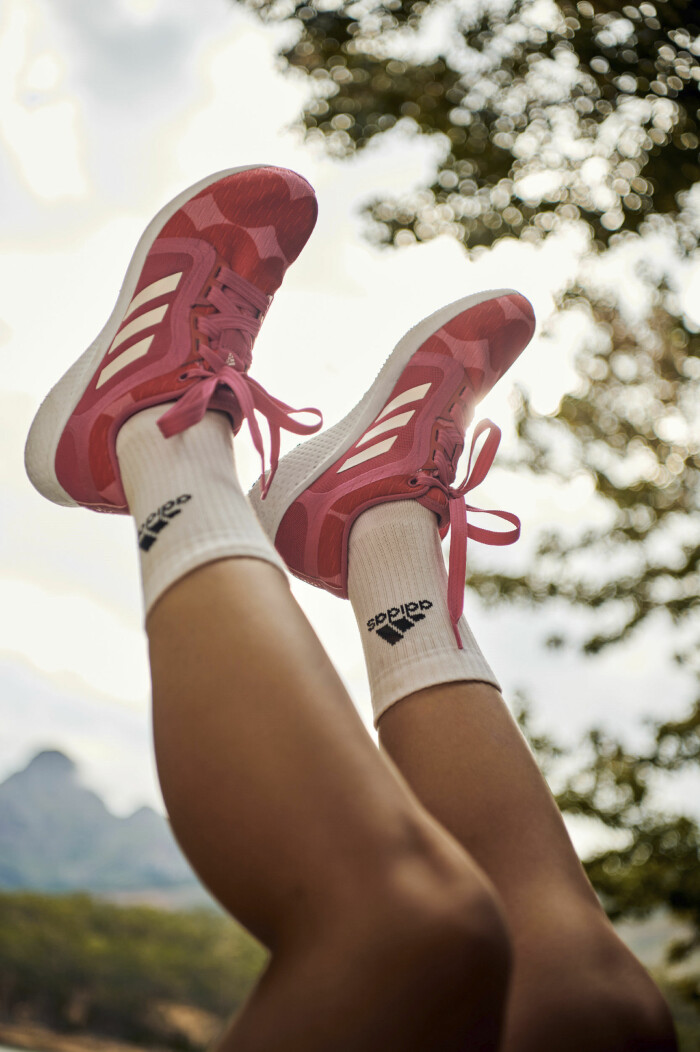 löparskor i rosa från marimekko x adidas.